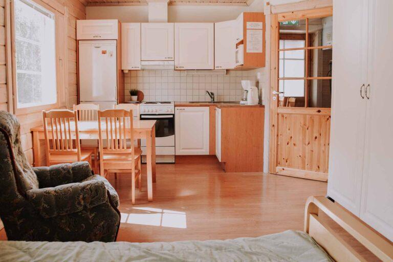 Esterin keittiö huoneiston alakerrassa.