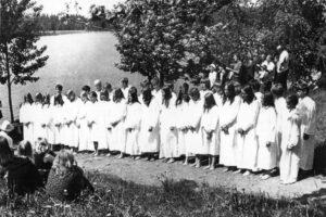 Seurakuntaleirien yhteydessä järjestettiin kastejuhlia.