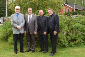 Toiminnanjohtajat rivissä vasemmalta Allan Grönqvist, Kalevi Rautjoki, Pertti Räty ja Juhani Ilkka Kiponniemen 50-vuotisjuhlilla 8.9.2019.